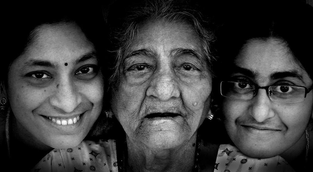 Deux aidants familiaux d'une personne âgée