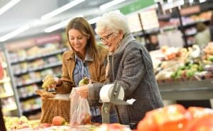 Aide-aux-courses-pour-une-personne-âgée-à-domicile
