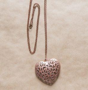 collier personne âgée coeur